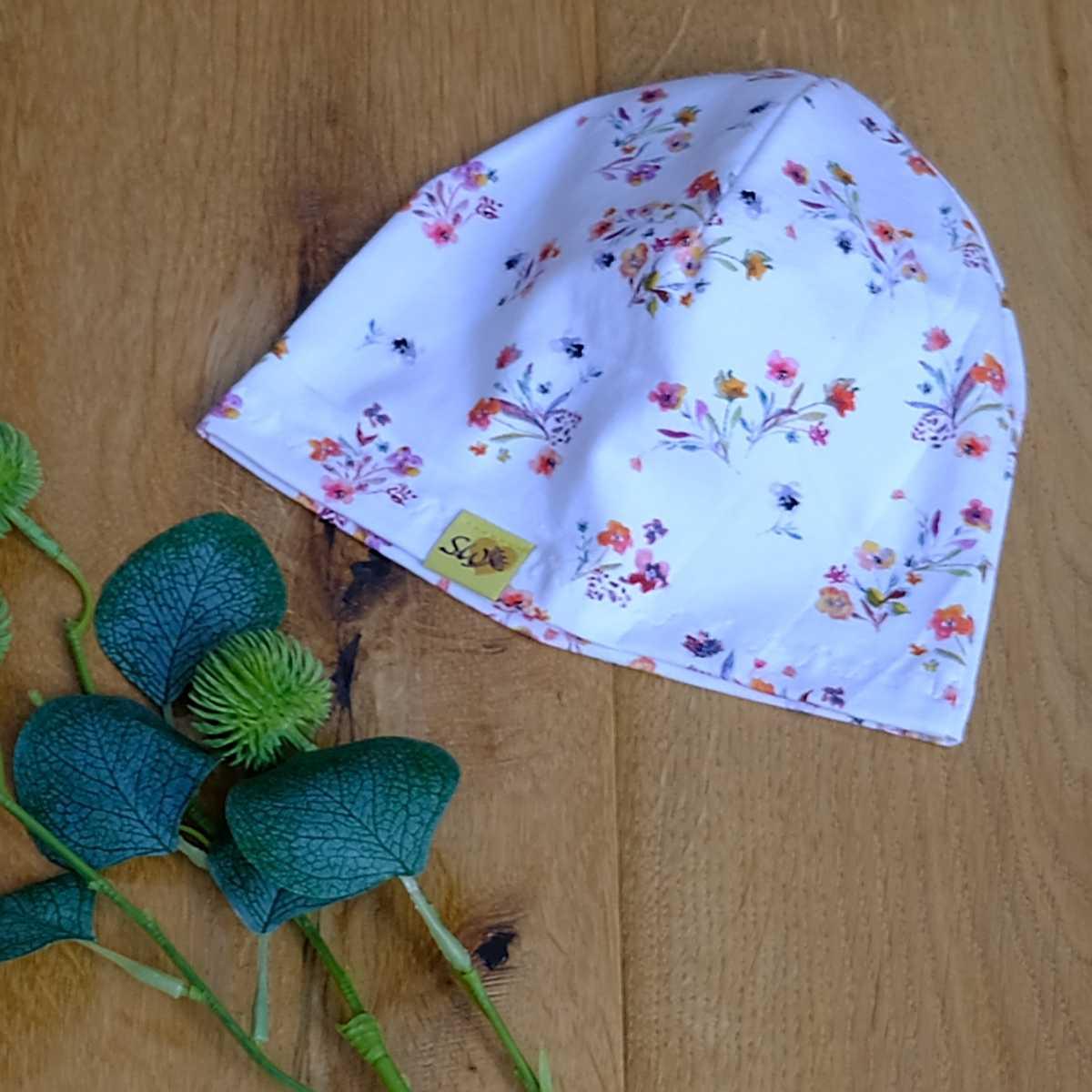 einfache, dünne Beanie mit weißem Blumenstrauss-Muster