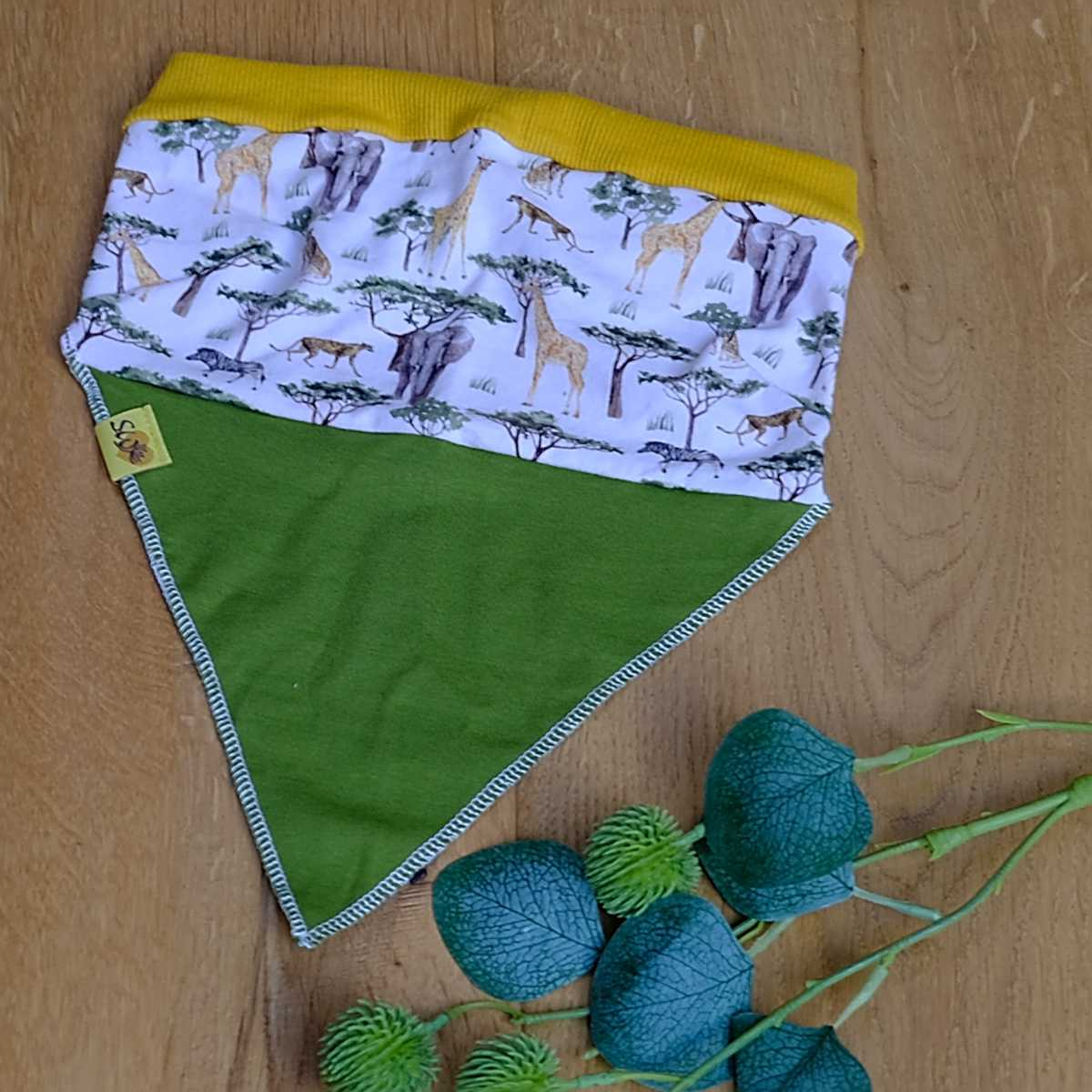 """luftiges, leichtes Kopftuch  mit Muster """"Wilde Tiere mit grün"""""""