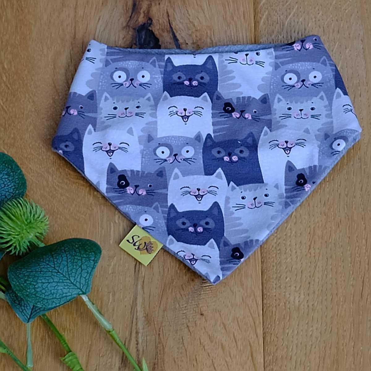 """niedliches und praktisches Wende-Halstuch für Babys und Kleinkinder mit Druckknopf - Muster """"Katzen - Cool Cats"""" Rückseite grau"""