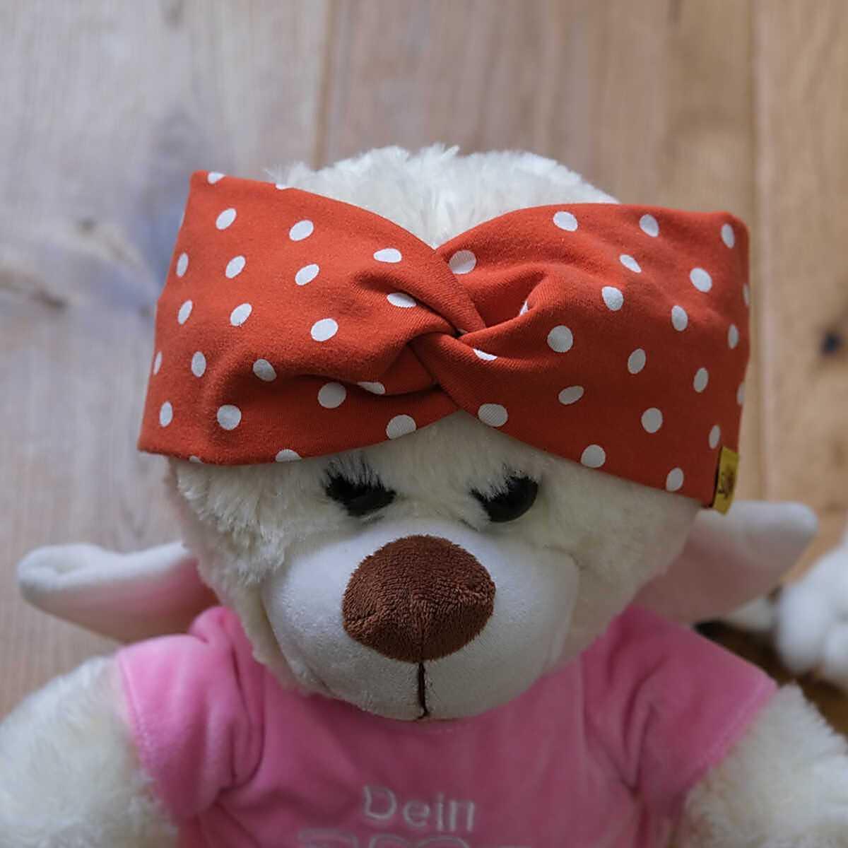 """Bär-Model mit stylischem Knoten-Stirnband aus Jersey mit Muster """"Punkte auf rost-rot"""""""