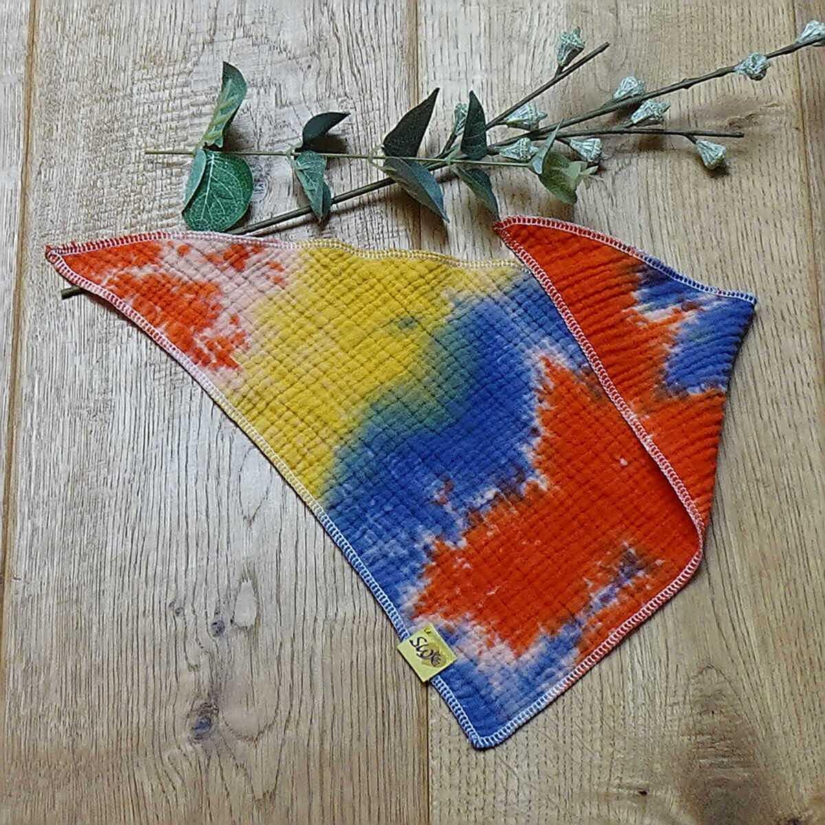 """weiches, kuscheliges Baby-Musselin-Halstuch zum Knoten mit Muster """"Batik blau, gelb, rot"""""""