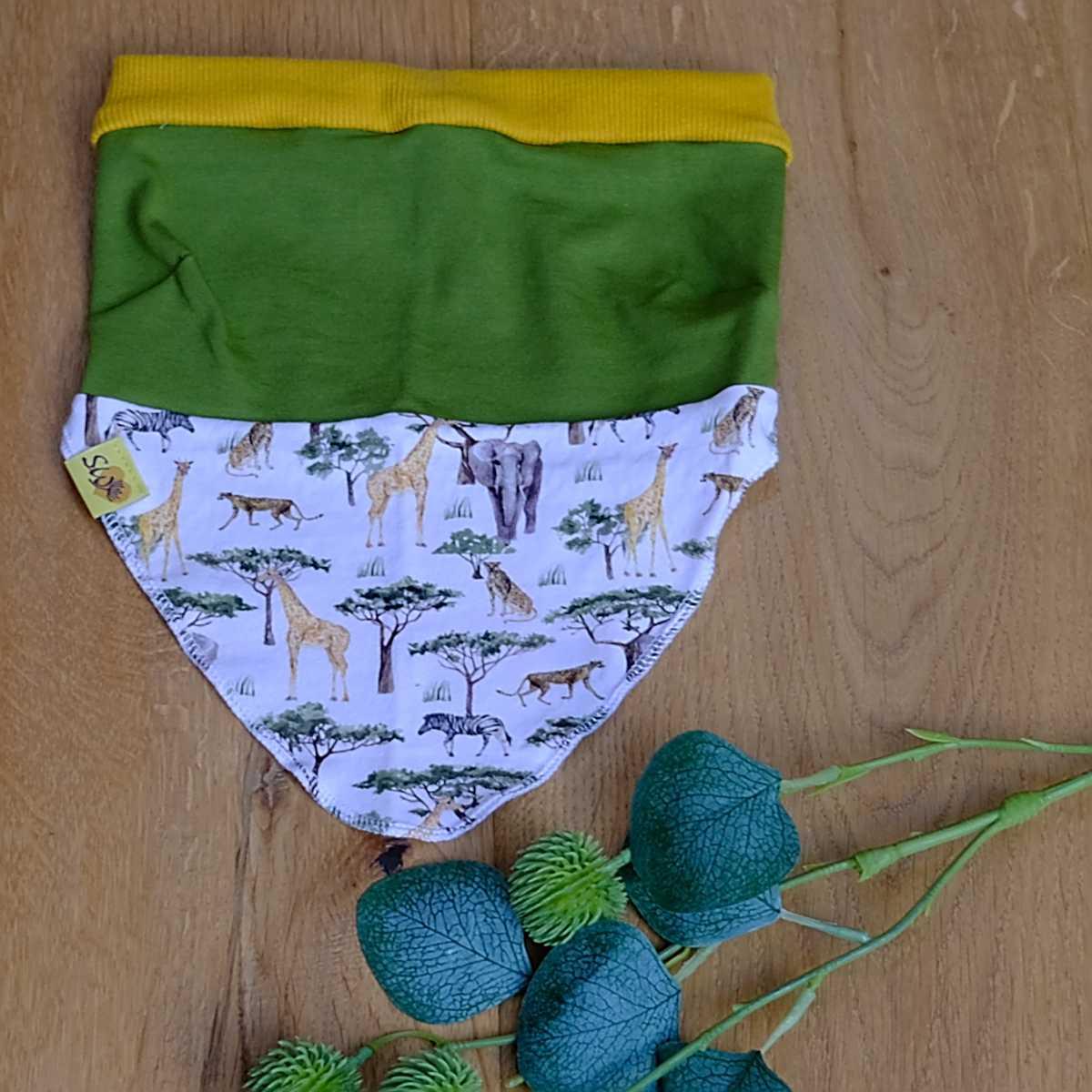 """luftiges, leichtes Kopftuch  mit Muster """"grün mit wilden Tieren"""""""